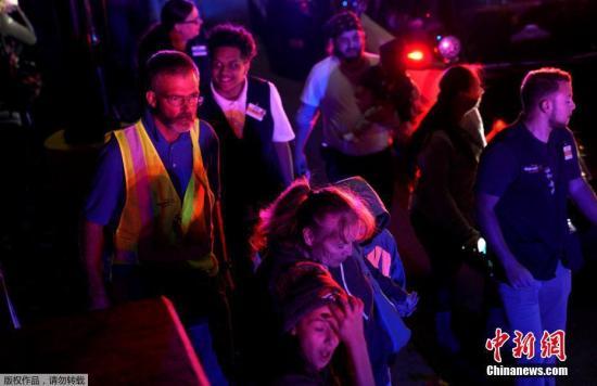 """当地时间11月1日晚间,美国科罗拉多州丹佛市郊区一家超市发生枪击事件。警方确认,这起事件造成2名男子死亡。 据报道,这起枪击事件发生在科罗拉多州桑顿时一家沃尔玛超市内。枪声在晚6点半左右响起,引发恐慌。超市内人员随后自行疏散。 桑顿市警方最初通过社交网站公布消息称,有多人在这起事件中倒下。一小时后,警方再次发布消息,称""""眼下没有活跃枪手""""。图为超市员工和顾客撤离。"""