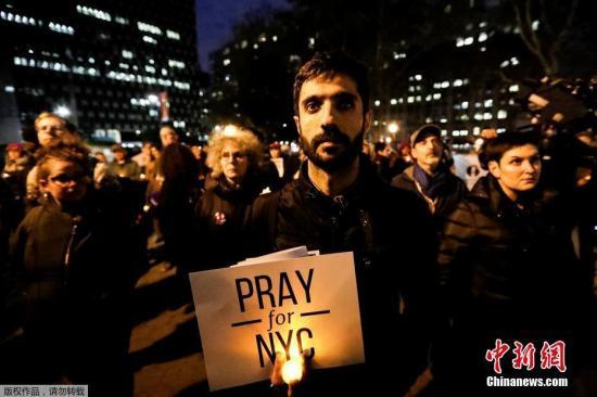 当地时间11月1日,纽约民众参加烛光守夜,悼念纽约恐袭遇难者。