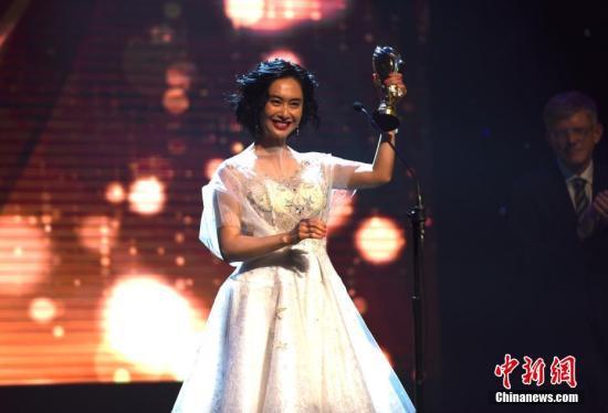 """当地时间11月1日晚,第13届中美电影节在美国好莱坞举行开幕式暨""""金天使奖""""颁奖典礼。图为获得年度最佳女主角奖的中国香港演员朱茵。记者 张朔 摄"""