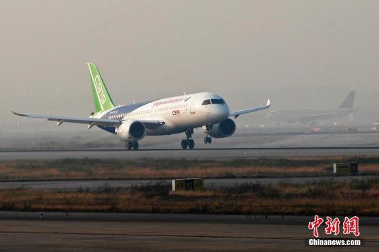 11月3日早晨7时35分,中国商飞C919首架飞机从浦东机场第四跑道起飞,计划飞行时长为3个多小时,预计上午11时返回浦东机场。 殷立勤 摄