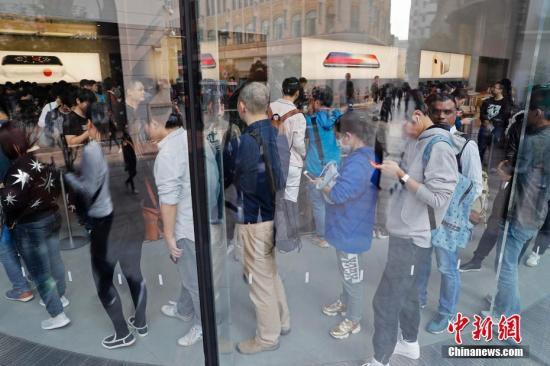 在上海南京东路的一家苹果直营店内,此前在官网预订的首批客户已经在排队等待购买。殷立勤 摄
