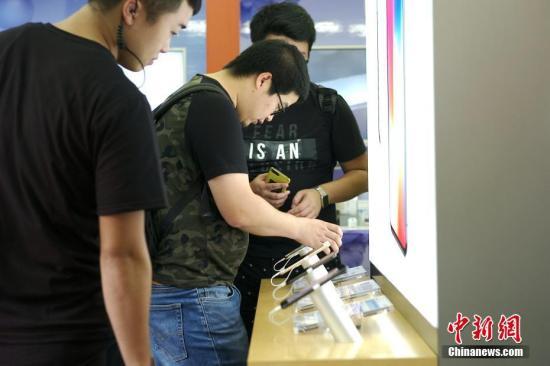 资料图:民众选购手机。 中新社记者 杨程晨 摄