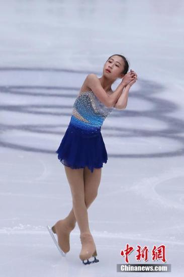 11月3日,由国际滑联主办的2017年中国杯世界花样滑冰大奖赛在北京开幕。本届比赛共吸引了来自11个国家的60名顶级花样滑冰运动员前来参赛。图为中国选手李香凝在比赛中。中新社记者 韩海丹 摄