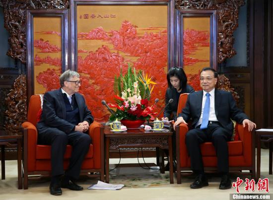 11月3日上午,中国国务院总理李克强在北京中南海紫光阁会见美国泰拉能源公司董事长、微软公司创始人比尔・盖茨。中新社记者 刘震 摄