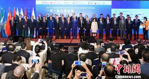 """11月3日,由上海合作组织秘书处特别支持,中国文化院、丝绸之路经济发展研究中心、海上丝绸之路协会和珠海学院一带一路研究所主办""""一带一路先锋论坛――一带一路与欧亚:现实・前景""""在香港举行。<a target='_blank' href='http://www.chinanews.com/'>中新社</a>记者 谭达明 摄"""