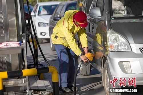 资料图:山西太原,车辆正在加油站加油。<a target='_blank' href='http://reggaechina.com/'>中新社</a>记者 张云 摄