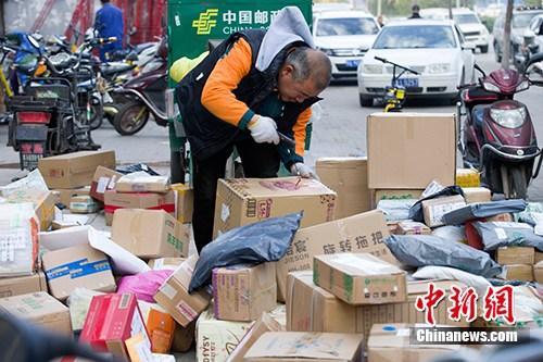 11月2日,山西太原,物流工作人员正在分拣快递。<a target='_blank' href='http://www.chinanews.com/'>中新社</a>记者 张云 摄