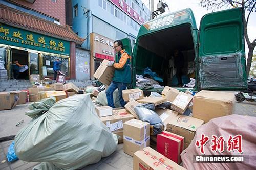 山西太原,物流工作人员正在分拣快递。 <a target='_blank' href='http://www.chinanews.com/' _fcksavedurl='http://www.chinanews.com/'>中新社</a>记者 张云 摄