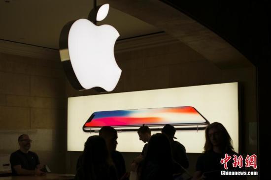 资料图:当地时间2017年11月3日,苹果iPhoneX在美国上市销售,位于纽约中央车站的苹果专卖店iPhoneX销售火爆,店内人头攒动。 中新社记者 廖攀 摄