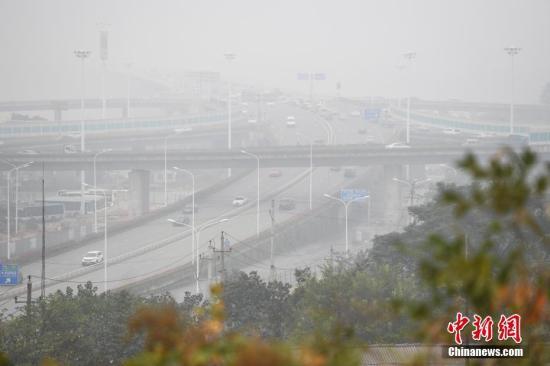 资料图:雾霾。 杨华峰 摄