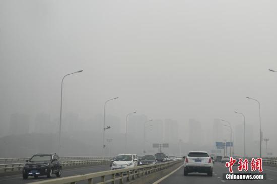 资料图:雾霾天气。 杨华峰 摄