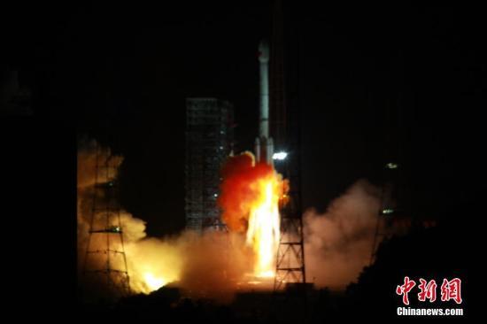 """资料图:2017年11月5日,中国在西昌卫星发射中心用长征三号乙运载火箭,以""""一箭双星""""方式成功发射第24颗、第25颗北斗导航卫星。中新社发 谢奇勇 摄"""