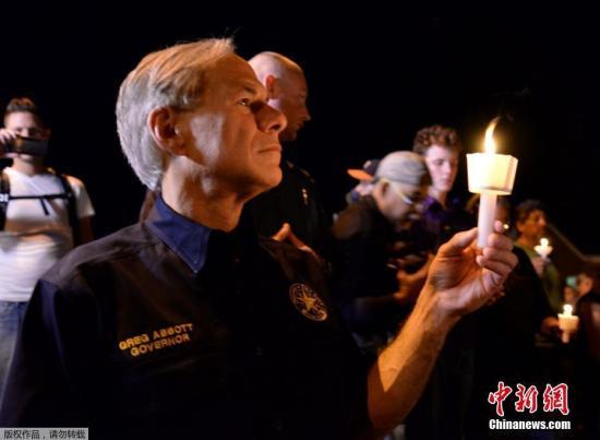 得州州长Greg Abbott参加默哀仪式。有目击者表示,枪手至少开了20枪,现场一片混乱。