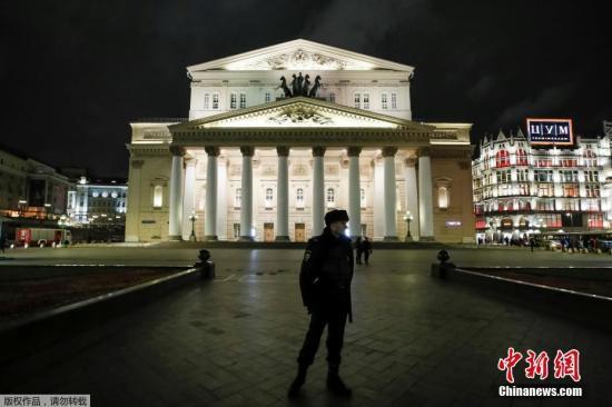 资料图:2017年11月5日,莫斯科再遭炸弹威胁电话,超两万人被疏散。图为警方在莫斯科大剧院外驻守。
