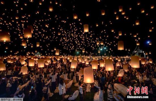 """在""""万人天灯""""环节,游客和当地居民们一起扬起手中的孔明灯,千万个灯盏同时飘向天空,画面非常梦幻。泰国旅游局也将""""万人天灯""""列为泰国七大奇迹之一。"""