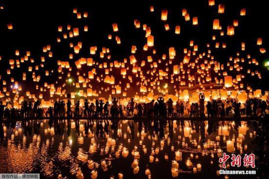 """资料图:泰国清迈,当地庆祝传统节日""""水灯节""""。"""