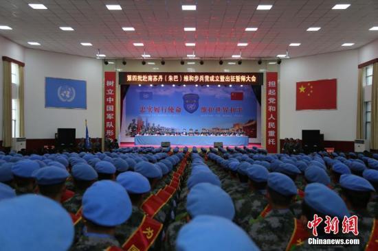 """""""飞虎勇士为国出征,忠诚使命维护和平!""""11月6日,中国第四批赴南苏丹(朱巴)维和步兵营在第83集团军某合成旅举行成立暨出征誓师大会。该维和步兵营由700名官兵组成,是一支包含步兵、侦察兵、炮兵、工兵、通信、驾驶等多专业、多兵种的维和部队。其中,有19名官兵拥有步兵营维和经历,还有24人拥有其他国际维和经历。另外,这支维和步兵营还编配了一个11人的女子步兵班,执行人道主义救援和妇女儿童权益保护等任务。根据出征命令,维和步兵营将部署在南苏丹朱巴地区,执行保护平民、联合国和人道主义救援工作人员,以及巡逻警戒、防卫护卫等任务。第四批赴南苏丹(朱巴)维和步兵营将分四个批次前往任务区,接替第三批维和..."""