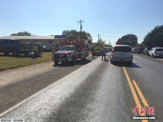 枪击事件发生后,警察和救援人员迅速赶往现场,多名伤者被紧急转移至附近医院接受治疗。