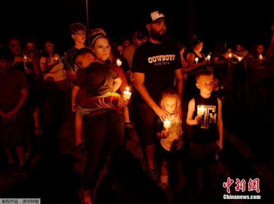 当地时间11月5日,美国得克萨斯州南部一处教堂发生枪击事件。事件已经造成至少27人遇难,另有20多人受伤。事件发生后,当地民众手持烛光,为遇难者默哀。