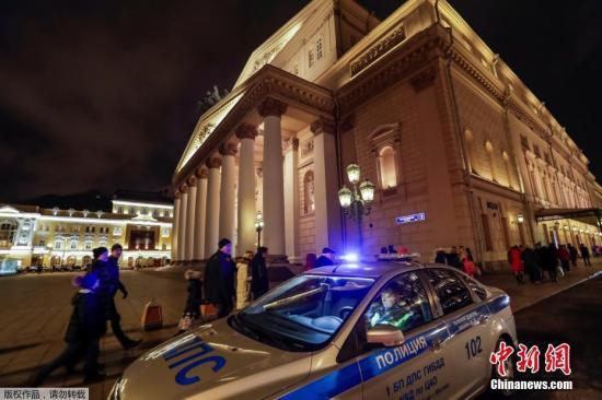 俄安全人员在检查了所有相关场所后,确认所有的炸弹威胁电话均为不实信息。这并非莫斯科首次遭遇炸弹威胁电话。自今年9月11日起,包括莫斯科在内的俄罗斯各地开始不断接到匿名炸弹威胁电话,高峰时3天内就有近500处人群密集场所遭威胁。