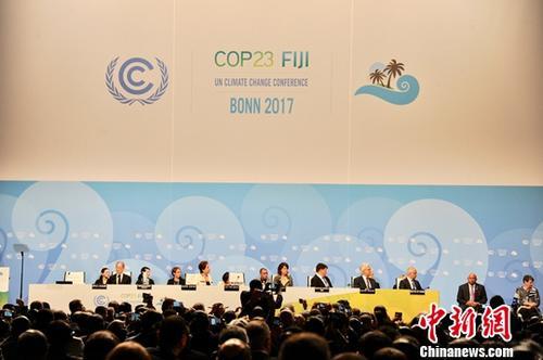 11月6日,联合国气候变化框架公约第23次缔约方大会在德国波恩开幕。本届大会会期为11月6-17日举行,大会将就《巴黎协定》的实施展开进一步谈判,旨在落实《巴黎协定》规定的各项任务,提出规划安排。图为开幕式现场。<a target='_blank' href='http://www-chinanews-com.tnb580.com/'>中新社</a>记者 彭大伟 摄