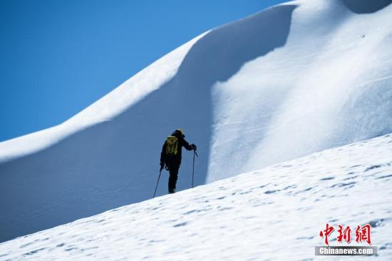资料图:登山。 中新社记者 何蓬磊 摄