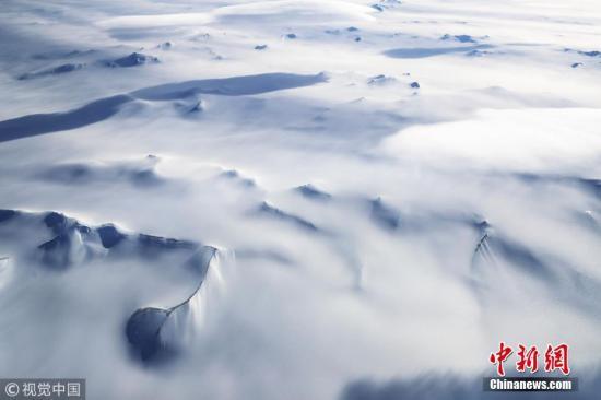 """资料图片:NASA""""冰桥行动""""拍摄到的南极半岛山脉冰川。图片来源:视觉中国"""