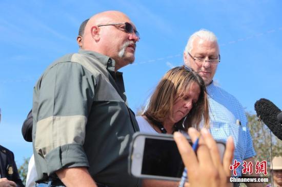 """资料图:当地时间11月6日上午11时,得克萨斯州公共安全局、美国联邦调查局、美国烟酒枪械管理局等共同举行枪击案新闻发布会,更新得州萨瑟兰斯普林斯镇案件最新调查进展。图为新闻发布会上,14岁遇难女孩的父母(左、中)--第一浸会教堂牧师法兰克(Frank Powerory)及妻子表示,""""希望大家不要忘记萨瑟兰斯普林斯镇的这场悲剧。""""&#10;<a target='_blank' href='http://www.chinanews.com/'>中新社</a>记者 曾静宁 摄"""