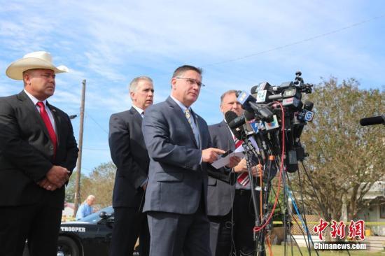 当地时间11月6日上午11时,得克萨斯州公共安全局、美国联邦调查局、美国烟酒枪械管理局等共同举行枪击案新闻发布会,更新得州萨瑟兰斯普林斯镇案件最新调查进展。图为得克萨斯州公共安全局发言人弗里曼(Freeman Martin)作有关案情信息发布。他说,案件发生后24小时过去了,这是漫长的一天。执法机构调查推断认为枪手是因家庭纠纷开枪射杀,造成其岳母及25名居民遇难。中新社记者 曾静宁 摄