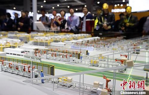 第十九届中国国际工业博览会在上海举行。图为智能制造示范工厂模型吸引参观者。 <a target='_blank' href='http://www.chinanews.com/'>中新社</a>记者 汤彦俊 摄