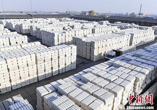 11月7日,新疆乌鲁木齐棉麻站内,工作人员驾驶叉车运送皮棉进行码放。 记者 刘新 摄