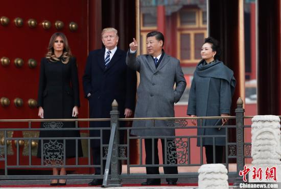 11月8日,中国国家主席习近平和夫人彭丽媛陪同来华进行国事访问的美国总统特朗普和夫人梅拉尼娅参观故宫博物院。中新社记者 杜洋 摄