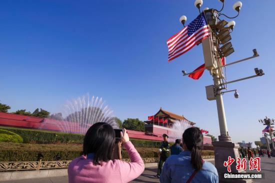 资料图:2017年11月8日,北京天安门前悬挂起中美两国国旗。美国总统特朗普8日开始访华。<a target='_blank' href='http://www.chinanews.com/'>中新社</a>记者 贾天勇 摄