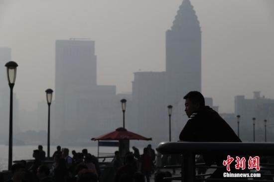 """资料图:雾霾重袭,上海""""天际线""""若隐若现。张亨伟 摄"""