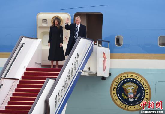 11月8日,美利坚合众国总统唐纳德・特朗普乘坐专机抵达北京,开始对中国进行国事访问。记者 侯宇 摄