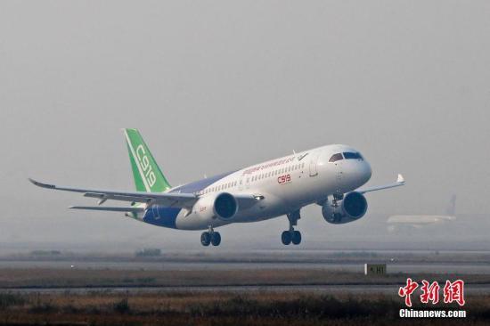 11月8日早晨7时46分,中国商飞C919客机从浦东机场第四跑道起飞,这是101架机本月第三次试飞,也是5月5日首飞以后第五次试飞。预计上午11时返回浦东机场。这是转场西安阎良前的最后一次试飞。 <a target='_blank' href='http://www.chinanews.com/'>中新社</a>记者 殷立勤 摄