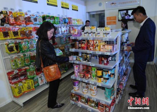 资料图:无人值守超市店内提供饮品、零食、日用品等800余个单品。周毅 摄