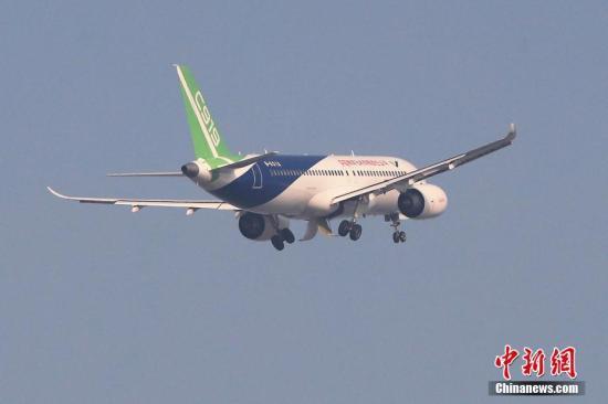 11月8日早晨7时46分,中国商飞C919客机从浦东机场第四跑道起飞,这是101架机本月第三次试飞,也是5月5日首飞以后第五次试飞。预计上午11时返回浦东机场。这是转场西安阎良前的最后一次试飞。 <a target='_blank' href='http://www.chinanews.com/' _fcksavedurl='http://www.chinanews.com/'></table>中新社</a>记者 殷立勤 摄