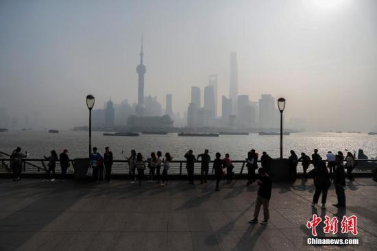 """""""上海天际线""""在重霾下若隐若现。张亨伟 摄"""