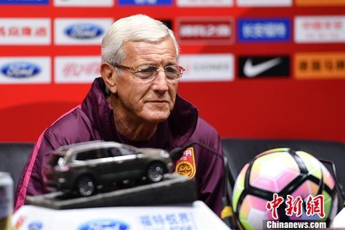 11月8日,中国国家男子足球队主教练里皮在新闻发布会上表示,国足最终名单将在两场热身赛后决定。中国足协中国之队国际足球赛本月10日开打,中国国家男子足球队将在广州天河体育中心迎战塞尔维亚男子足球队。<a target='_blank' href='http://www.chinanews.com/'>中新社</a>记者 陈骥�F 摄