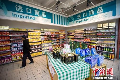 11月8日,山西太原,民众正在超市挑选进口商品。当日,中国海关总署发布的最新数据显示,10月中国进出口总值2.24万亿元(人民币,下同),同比增长10.2%,增速较上月回落3.4个百分点。其中,出口增长6.1%,进口增长15.9%,均低于上月增速。 <a target='_blank' href='http://www.chinanews.com/' _fcksavedurl='http://www.chinanews.com/'>中新社</a>记者 张云 摄
