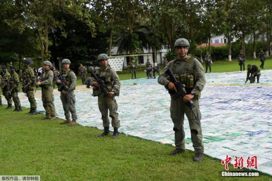 当地时间11月8日,哥伦比亚官方在阿帕展示缴获的超12吨可卡因。