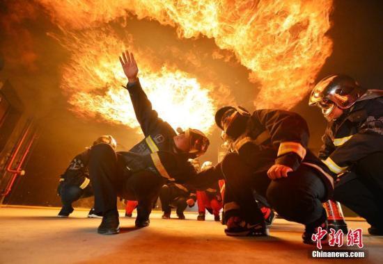 11月9日,应急救援人员在河南省濮阳市中石化中原油田国家级危化品应急救援(实训)基地仿真火灾救援演练。<a target='_blank' href='http://www.chinanews.com/'>中新社</a>发 仝江 摄 图片来源:CNSPHOTO
