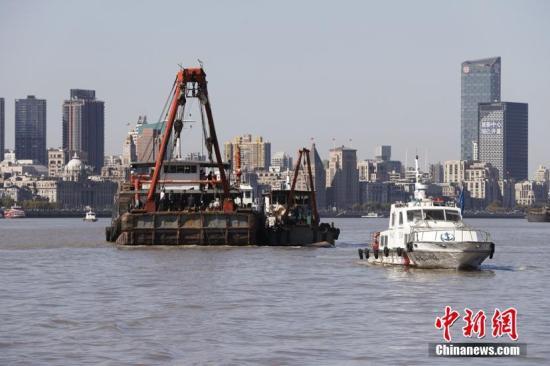 图为黄浦海事局海事巡逻艇在出事区域进行安全管控。 殷立勤 摄