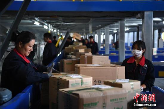 分拣员正在分拣快递包裹。文/韩苏原 夏莹 图/韩苏原