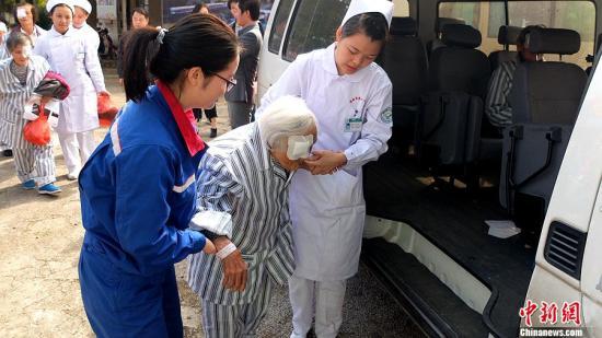 记者获悉,中石化光明号健康快车驶入桂林以来,救治的患者最大年龄高达91岁。同时中石化桂林分公司也派出员工作为志愿者,协助医护人员为患者护理。 <a target='_blank' href='http://www.chinanews.com/' >中新网</a> 刘博 摄