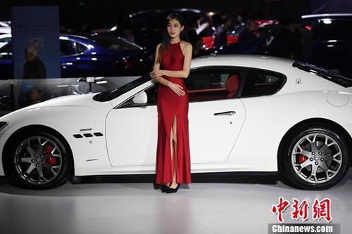 11月9日,2017第14届中国西南(昆明)国际汽车博览会在昆明滇池国际会展中心开展,市民欣赏了一场汽车盛宴。会展现场还展出了新能源汽车及机车。中新社记者 李进红 摄