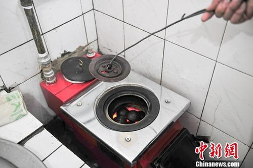 资料图:辽宁沈阳,居民家中正在使用的清洁型煤。 中新社记者 于海洋 摄