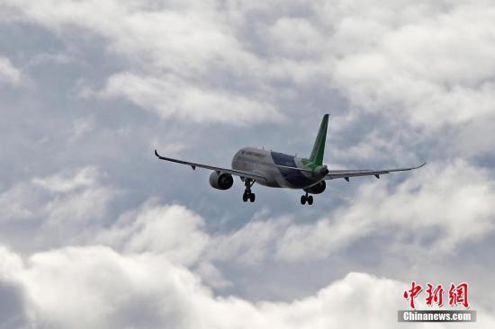 11月10日上午11时38分,中国商飞C919客机的101架机在上海浦东机场第四跑道顺利起飞,飞往西安阎良机场,这次飞行里程超过1300公里,飞行时间约为3个小时。从今年5月5日首飞起,C919的101架机已经完成了5次试飞。中国商飞的第一款飞机ARJ21在西安阎良用了近6年时间进行试飞,预计C919需要用3年左右的时间完成所有试飞内容。 殷立勤 摄