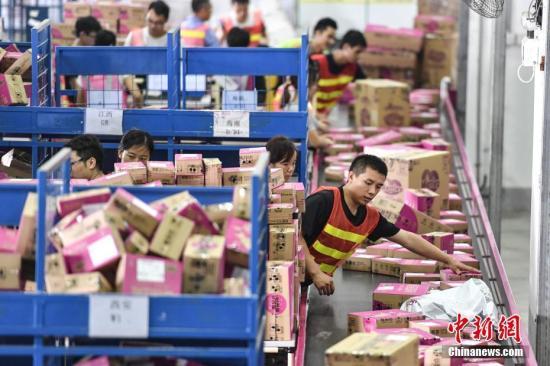 资料图:广州南沙保税仓内,员工正在分拣货物。<a target='_blank' href='http://www.chinanews.com/'>中新社</a>记者 陈骥�F 摄